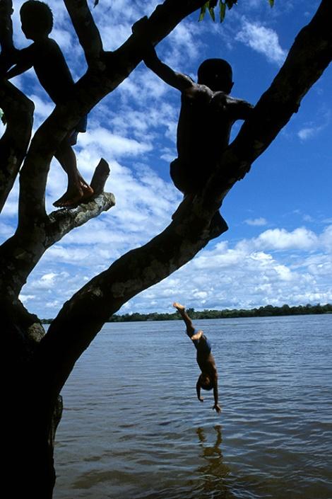 Crianças brincam no rio Purus. Foto Paulo Santos
