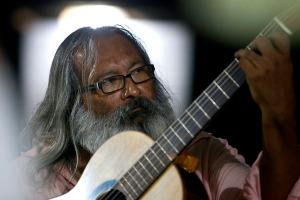 Rubens Gomes fundador da Oela apresenta violão produzido na escola.