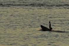 Ribeirinho navega sua canoa nas águas do rio Tocantins. Marabá, Pará, Brasil Foto Paulo Santos