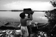 Índia Tukano trabalha com a produção de farinha. Expedição para criação do território indígena do rio Negro. São Gabriel da Cachoeira, Amazonas, Brasil Foto Paulo Santos. 1997