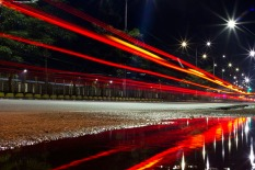 Luzes refletidas na Av. Almirante Barroso próximo ao viaduto Carlos Marighella no bairro do Marco. Belém, Pará, Brasil. Foto Maycon Nunes 21/01/2015