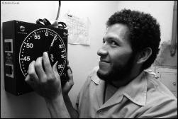 Leopoldo Silva revelando filmes no laboratório da agência Ágil Fotojornalismo em Brasília. Foto André Dusek. 01/07/1985