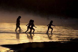Famílias começam o dia com banho no lago Ipavu. Querência, Mato Grosso, Brasil. 26/07/2015