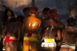 Lutadores de diversas aldeias se preparam para o Huka-huka. Huka-hukaLuta corporal que na terminologia kamaiurá lembra os gritos dos lutadores ao se defrontarem imitando o rugido da onça. Os anfitriões enfrentam uma aldeia convidada de cada vez, começando por lutas individuais de campeões reconhecidos. Seguem-se lutas simultâneas de vários pares de rivais, até as lutas dos muito jovens. Os lutadores se defrontam batendo o pé direito no chão, dando voltas no sentido dos ponteiros do relógio, com o braço esquerdo estendido e o direito retraído, enquanto gritam alternadamente: hu! ha! hu! ha! Até que chocam as mãos direitas e enlaçam o pescoço do adversário com a esquerda. A luta, que pode durar poucos segundos, termina quando um dos adversários é derrubado, o que não tem que ocorrer literalmente, bastando que a parte posterior de um de seus joelhos seja agarrada pela mão do outro, o que é considerado condição suficiente para provocar-lhe a queda. As aldeias convidadas não lutam entre si. Os enfeites dos troncos do Kwarup podem ser dados aos lutadores vencedores e também aos dois tocadores de maracá.. Querência, Mato Grosso, Brasil. Foto Paulo Santos 26/07/2015 Fonte: ISA
