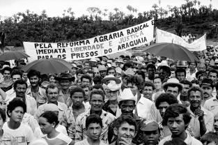 Lavradores fazem manifestação durante comício em São Geraldo do Araguaia com a presença de vários deputados federais e estaduais , entre eles o ex guerrilheiro José Genoino Neto, que volta a região pela primeira vez onze anos após seu final. Xambioá, Pará, Brasil Foto Paulo Santos/Interfoto 1983.