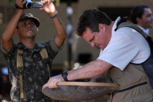 """GUerrilha do Araguaia. Peritos iniciam as pesquisas em ·rea conhecida na Època da guerrilha como casa azul onde teriam sido enterrados alguns corpos , hoje funciona o DNIT - Departamento Nacional de Tr'nsito ApÛs quase 40 anos o ministÈrio da defesa com o exÈrcito acompanhados com tÈcnicos forenses, polÌcia federal e parentes de desaparecidos durante a guerrilha do Araguaia fazem uma sÈrie de 5 encontros na regi""""o do conflito para tentar localizar corpos de desaparecidos. Entre os dez locais selecionados pelo exÈrcito, que ser""""o pesquisados no decorrer deste ano os peritos verificam ·rea conhecida na regi""""o como casa azul. 15/08/2009 Foto Paulo Santos Marab·, Par·, Brasil"""