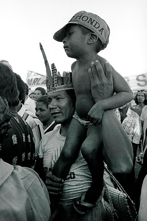 Manifestantes aguardam comitiva de deputados para discutir problemas no campo e reforma agr∑ria, o deputado M»rio Juruna desce do aviÑo. Outro polÃtico » o deputado Jos» Genoino Neto, ex guerrilheiro que retorna a esta regiÑo 11 anos depois da guerrilha do Araguaia. SÑo Geraldo do Araguaia, Par∑, Brasil Foto Paulo Santos/Interfoto 1983