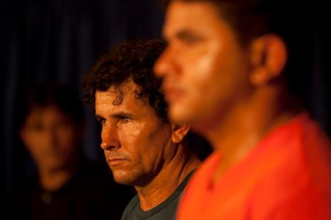 José Rodrigues Moreira (centro), mandante do assassinato do casal de ecologistas José Cláudio e Maria do Espirito SantosRibeiro da Silva(camisata azul) e seu irmão Lindonjonson Silva Rocha(camisa laranja) um dos executores do crime chagam de helicóptero após a prisão feita a 50 km do município de Novo Repartimento no sul do Pará, onde estavam escondidos em um barraco na mata, com eles foi encontrado 3 revólveres calibre 38 espingarda, documentos e celulares. : Belém, Pará, Brasil : Foto Paulo Santos : 18/09/2011