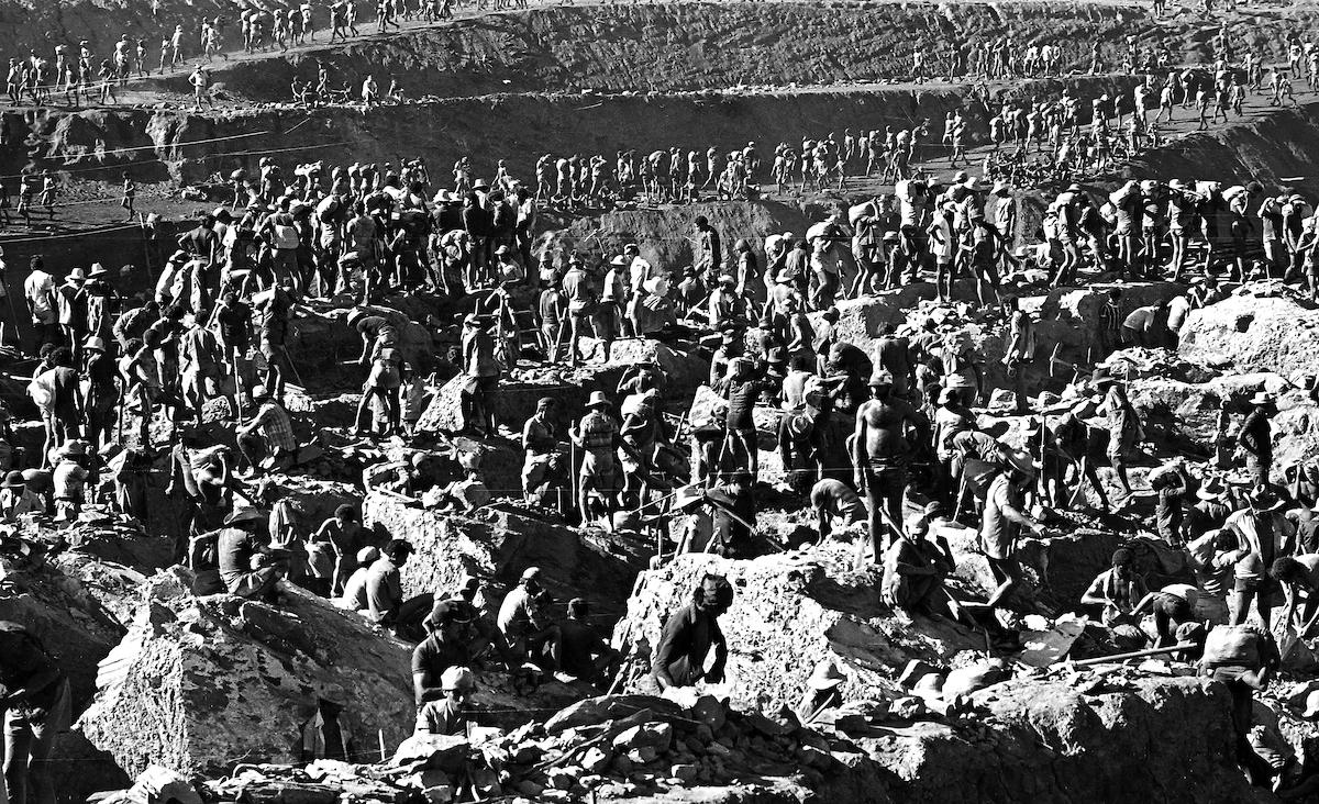 Milhares de garimpeiros trabalham no garimpo de Serra Pelada.