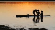 """Grandes plantaÁıes de soja, milho e algod""""o cercam o Parque IndÌgena do Xingu (PIX) . Habitados pelas etnias Aweti, Ikpeng, Kaiabi, Kalapalo, Kamaiur·, K?sÍdjÍ, Kuikuro, Matipu, Mehinako, Nahuku·, Naruvotu, Wauja, Tapayuna, Trumai, Yudja, Yawalapiti, o parque ocupa ·rea de 2.642.003 hectares na regi""""o nordeste do Estado do Mato Grosso, De acordo com o IMEA - Instituto Mato-Grossense de Economia Agropecu·ria declarou ˙ltimo dia 7 de agosto de 2015 no informativo 365 divulgou dados novos das safras de soja em MT com a safra 14/15 consolidando-se com mais um ano de ·rea e produÁ""""o recordes. Por meio do mÈtodo de Sensoriamento Remoto a nova ·rea de 9,01 milhıes de hectares apresenta-se 6,8% acima da ·rea da safra 13/14. A produtividade j· consolidada de 51,9 sc/ha elevou a produÁ""""o para 28,08 milhıes de toneladas. Os novos dados da safra 15/16 aumentaram ainda mais a expectativa de safra recorde j· esperada no ˙ltimo relatÛrio. A nova ·rea de 9,2 milhıes de hectares baseia-se na convers""""o de ·rea de pastagem em agricultura observada h· algumas safras. A continuidade de investimento em tecnologia da nova safra eleva a projeÁ""""o de produtividade para 52,6 sc/ha, refletindo sobre a produÁ""""o que deve bater um novo recorde em 2016, de 29 milhıes de toneladas. Apesar do crescimento contÌnuo, a nova temporada deve atingir o menor avanÁo da produÁ""""o desde a safra 10/11. QuerÍncia, Mato Grosso, Brasil. Foto Eric Stoner 24 e 25 de 07/2015"""